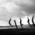 Grupa skaczących ludzi