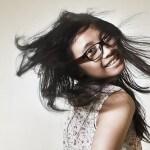 Kobieta w okularach i rozwianych włosach