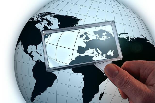 Glob oglądany przez szkło powiększające