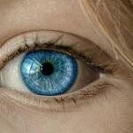 Oko z błękitną tęczówką