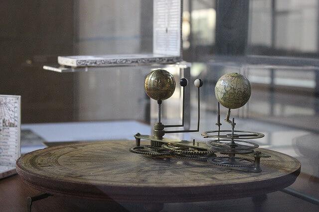 Modele kuli ziemskiej w muzeum