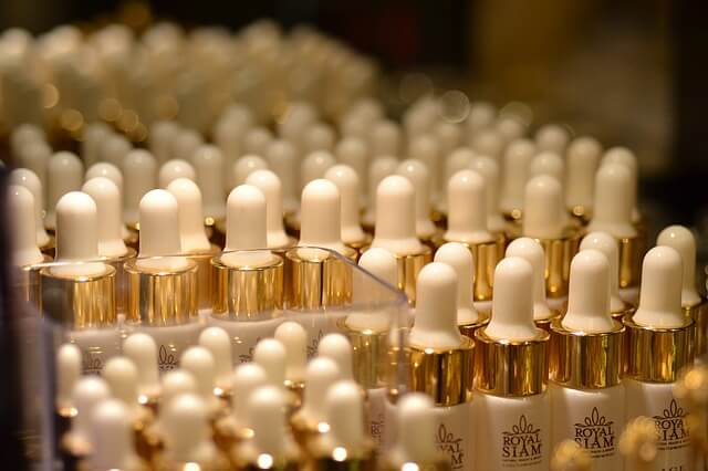 Małe buteleczki z pipetkami
