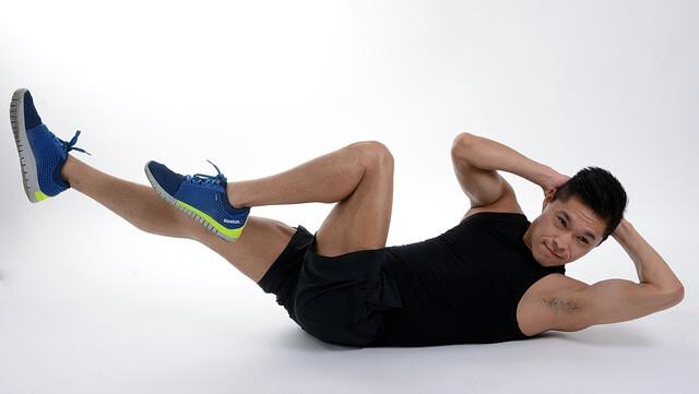 Mężczyzna przyciągający kolana