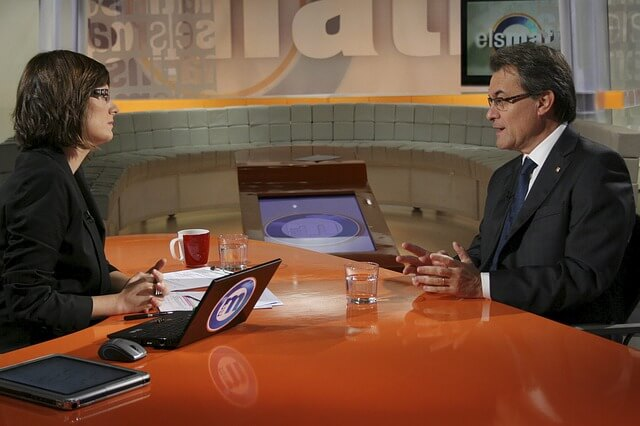 Dziennikarz przeprowadza wywiad w studiu