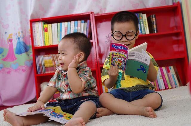 Dzieci samodzielnie czytają książki z obrazkami