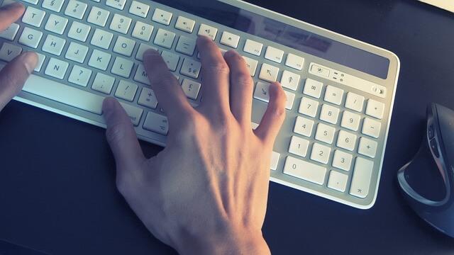 Człowiek piszący na klawiaturze
