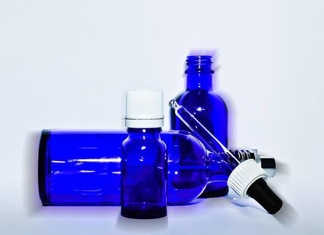 Kobaltowe buteleczki z pipetkami