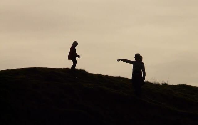 Matka i dziecko stojący na wzgórzu