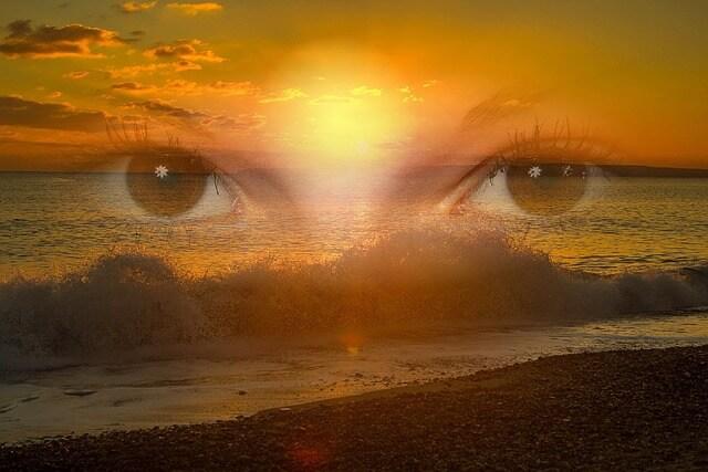 Oczy patrzą na zachód słońca nad morzem