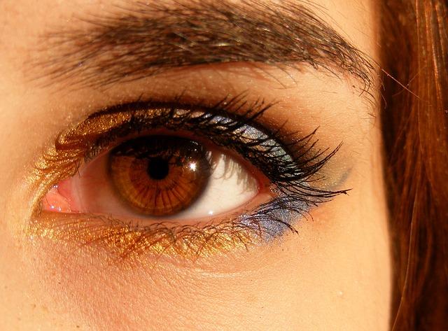 Oko o brązowej tęczówce