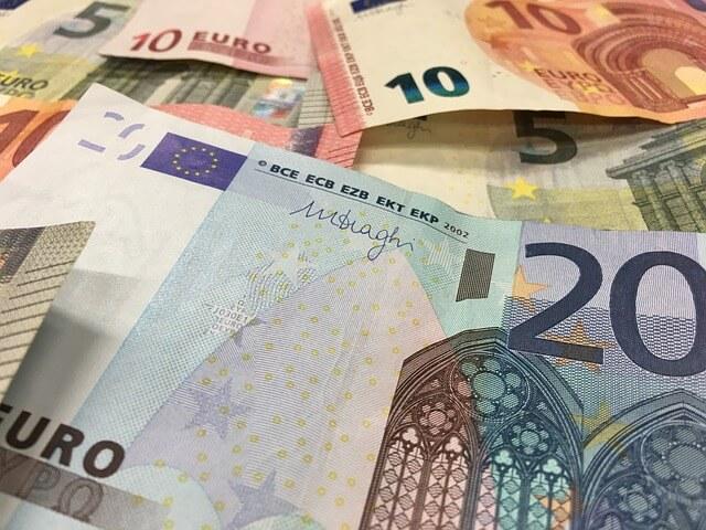 Banknoty o różnych nominałach i walutach
