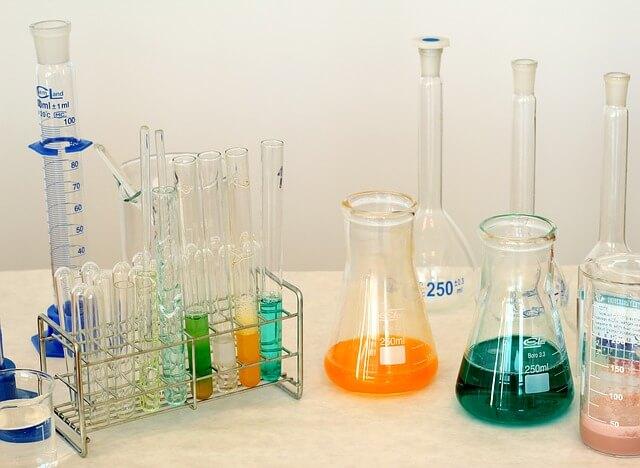 Pojemniki laboratoryjne z kolorowymi cieczami