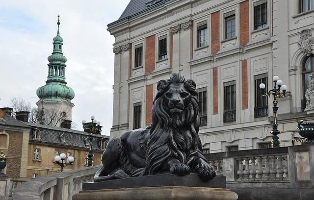 Pałac w Pszczynie i widok rzeźby lwa