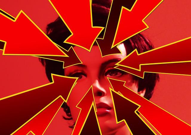 Czerwone strzałki wskazują twarz kobiety