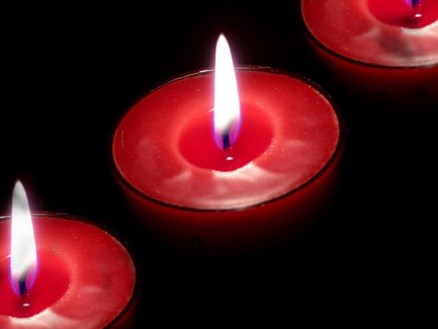 Świeczka w formie tygielka na czarnym tle