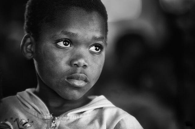 Afrykański chłopiec ze smutną miną