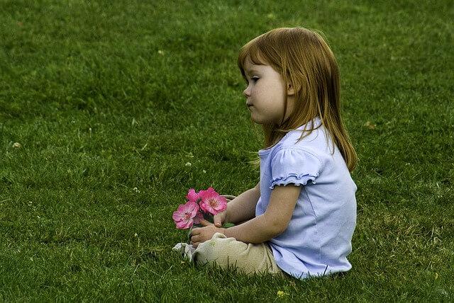 dziecko-dziewczynka-kwiaty-trawa