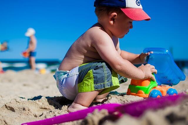 dziecko bawi się samotnie na plaży