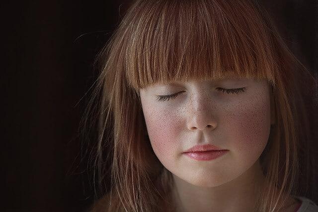 ruda dziewczyna z zamkniętymi oczami