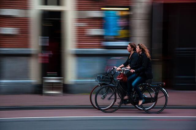 rowerzystki jadą rowerem po ścieżce