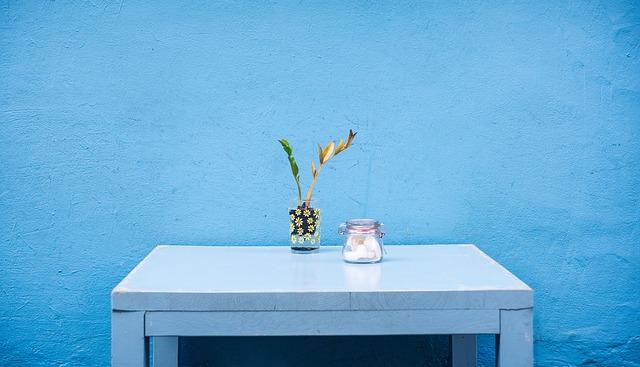 niebieski stolik na tle niebieskiej ściany