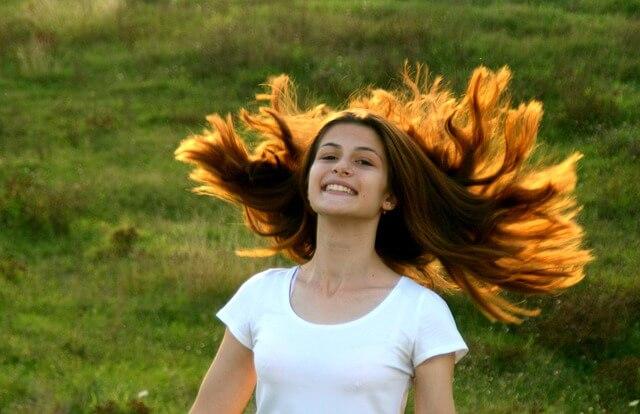dziewczyna o długich rozwianych włosach