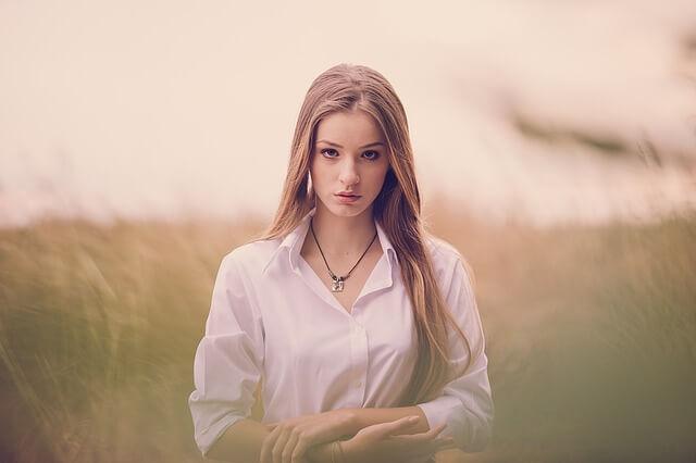 długowłosa dziewczyna wśród przyrody