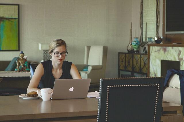 kobieta bizneswoman pisząca na laptopie