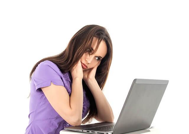 Kobieta zastanawiająca się nad projektem