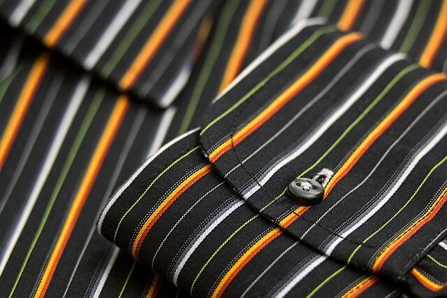 Czarna koszula w kolorowe paski