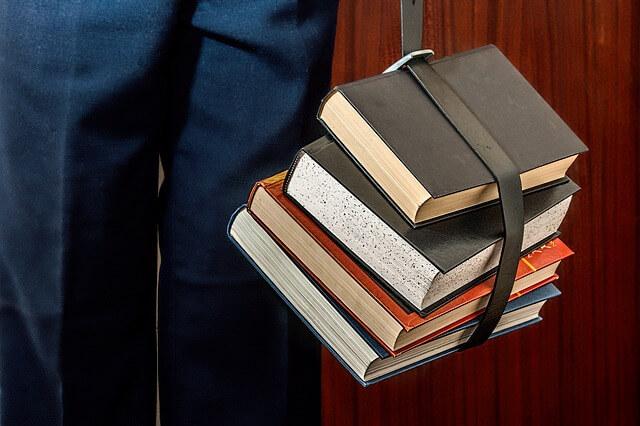 książki spięte paskiem