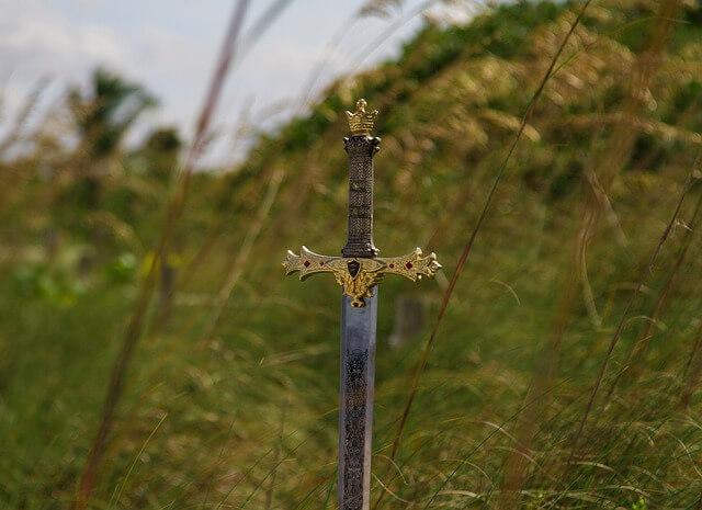 miecz wbity w ziemię