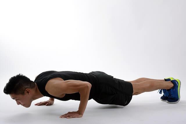 facet ćwiczy plank
