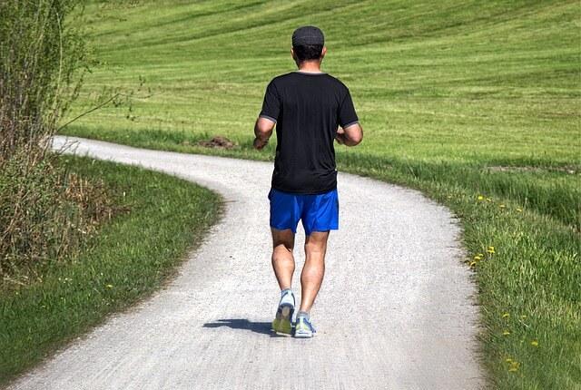 Biegnący mężczyzna na ścieżce