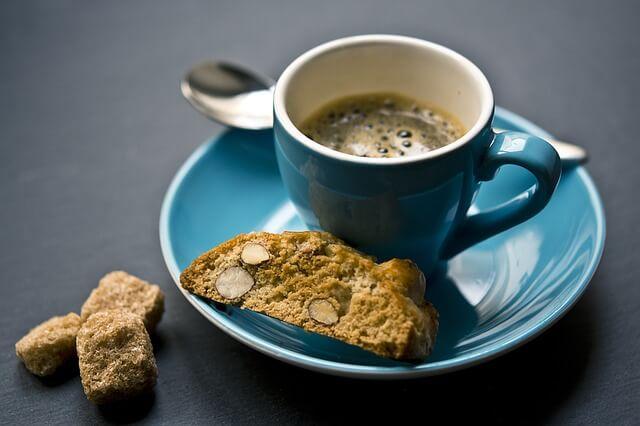 Kawa w filiżance i ciastko