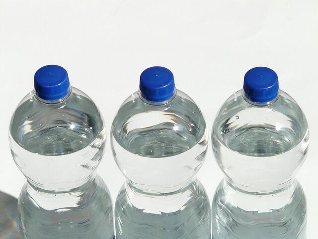 Trzy butelki wody