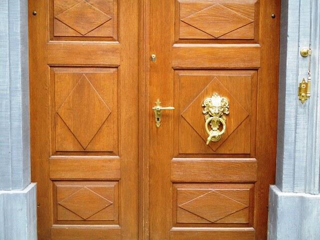 drzwi z kunsztowną kołatką