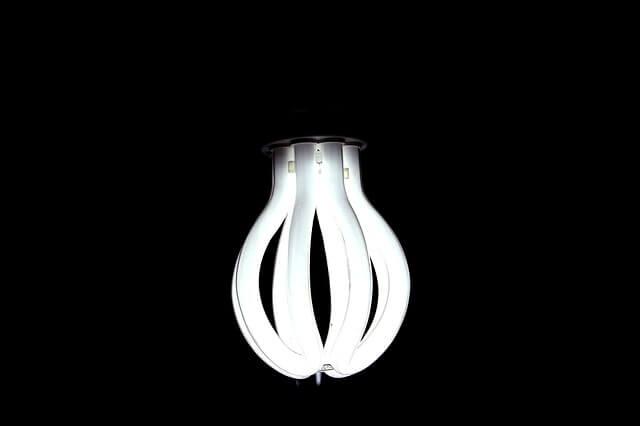 Żarówka LED na ciemnym tle