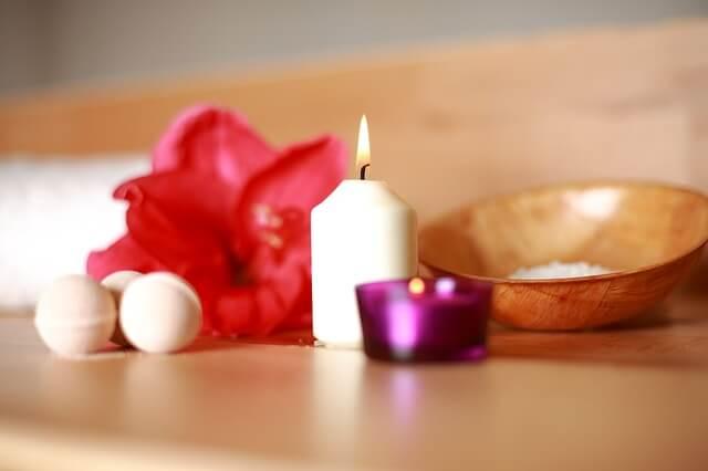 Kwiat obok olejku eterycznego, w saunie