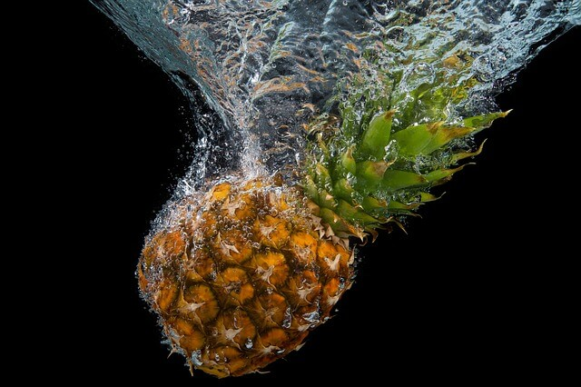 Owoc ananasu zanurzony głęboko w wodzie