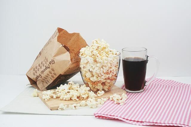 Miska wypełniona po brzegi popcornem