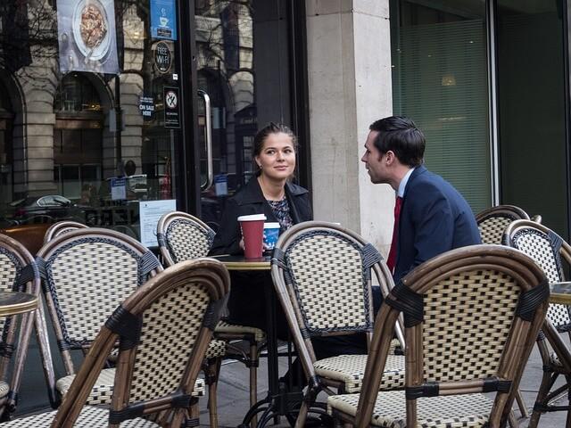 Para siedzi w kawiarni
