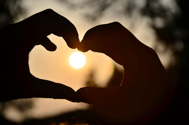 Dłonie tworzą znak serca