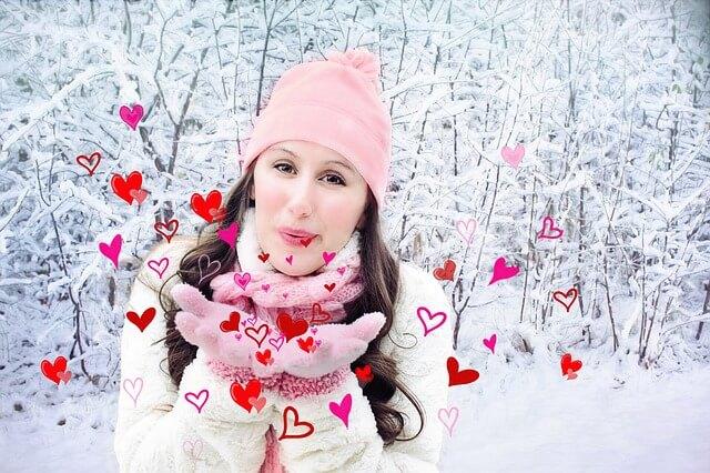Dziewczyna wydmuchuje serca