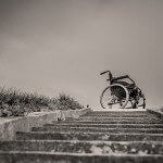 wózek inwalidzki na szczycie schodów