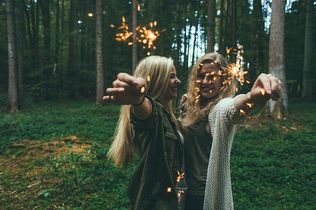 Dwie dziewczyny z zimnymi ogniami