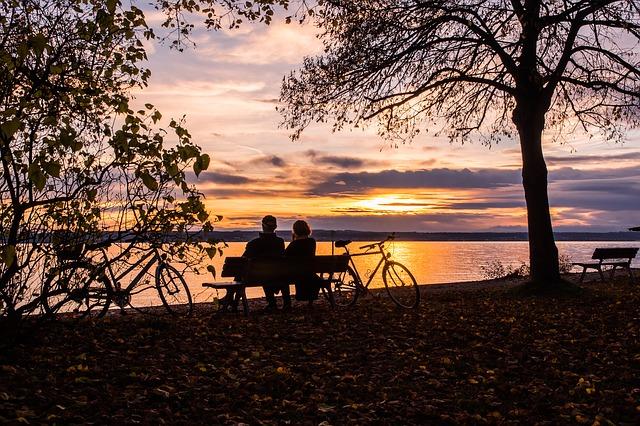 Para zakochanych nad jeziorem