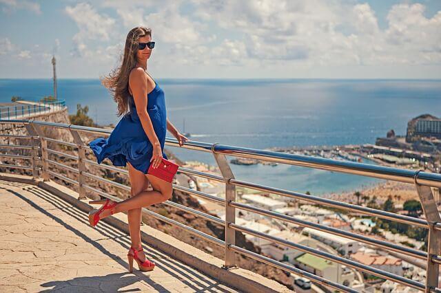 Kobieta w zwiewnej niebieskiej sukience
