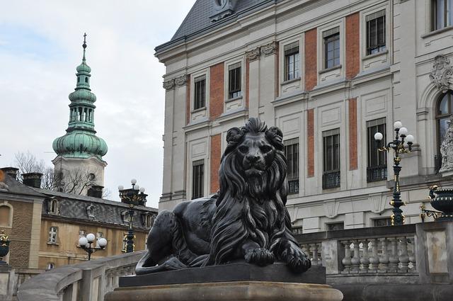 lew przed zamkiem w Pszczynie