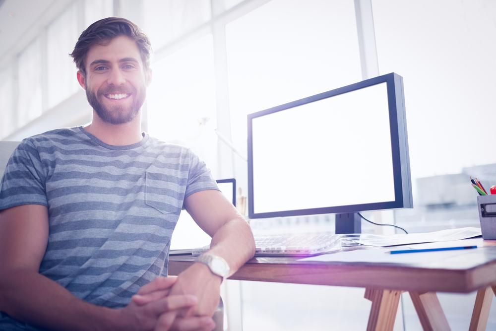 Mężczyzna przy biurku